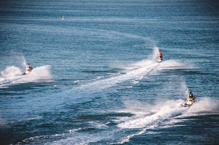 Motos de agua en el océano