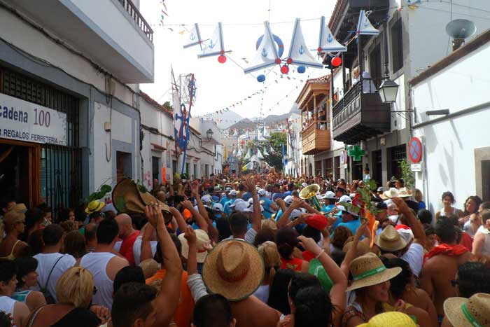 Calles de Agaete llenas de gente en la Bajada de la Rama de Agaete