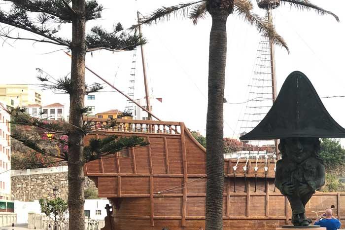 Barco Museo de la Virgen y estatua de enano de La Palma