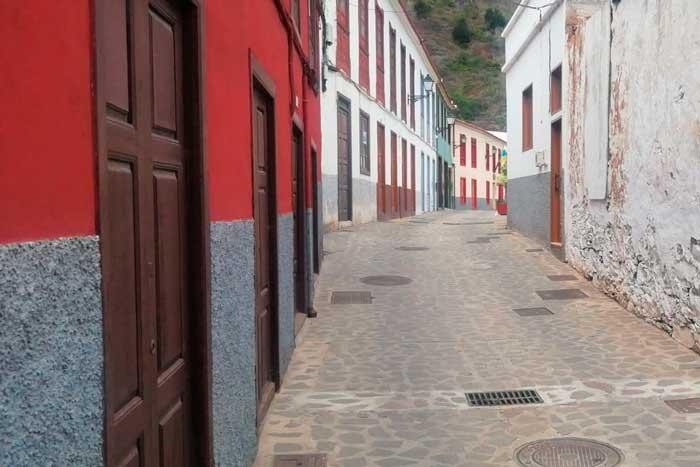 Casas de colores y calle empedrada en el pueblo de Agulo en la Isla de La Gomera