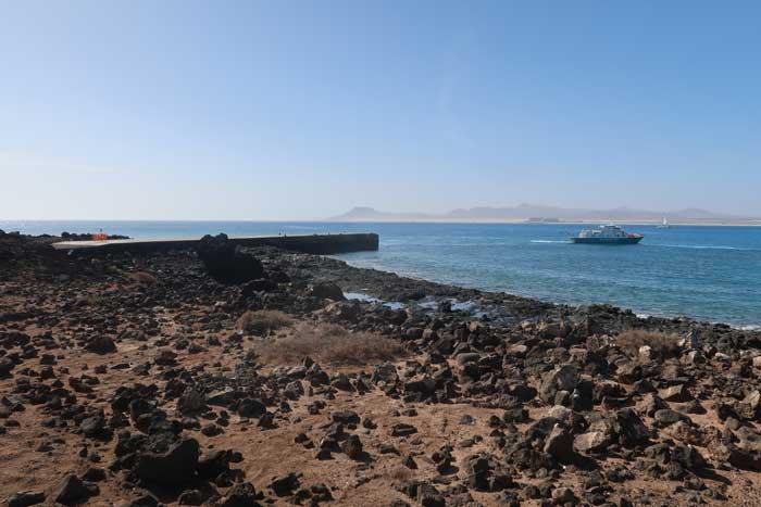 Muelle con ferry para ir a la Isla de Lobos desde Corralejo