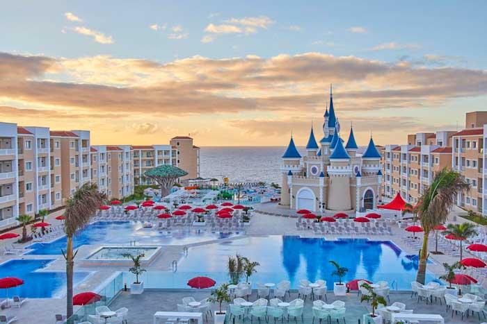 Piscina y castillo de Disney en el hotel de Fantasía todo incluido en Tenerife