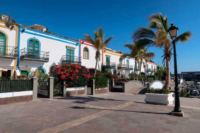 Casas y flores del Puerto de Mogán, uno de los imprescindibles que ver en Gran Canarias
