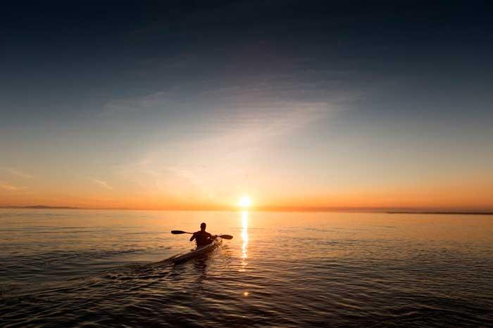 Kayak en las aguas del Océano Atlántico en Fuerteventura