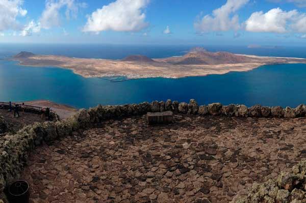 Isla de La Graciosa desde El Mirador de El Río en Lanzarote