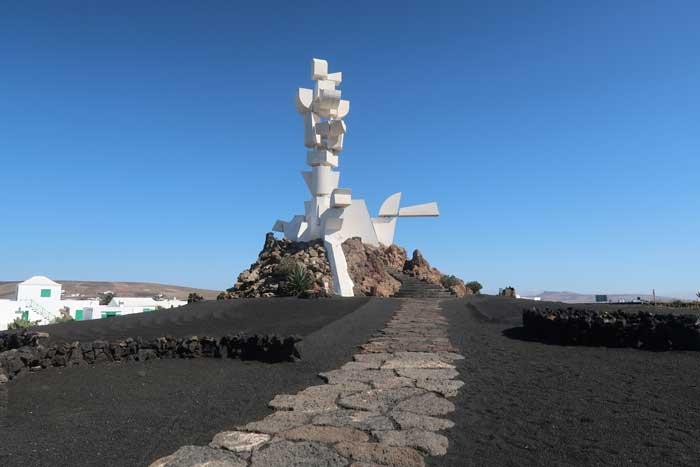 Monumento al Campesino en la isla de Lanzarote, representa a una persona sobre un animal de carga
