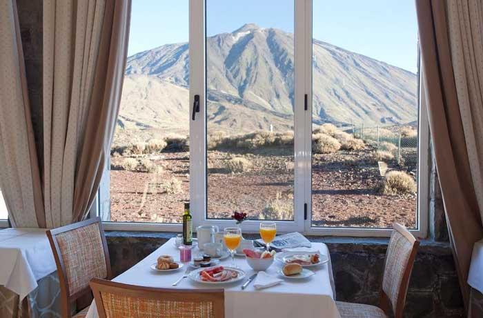 Vistas desde el buffet del Parador de las Cañadas del Teide en el Parque Nacional