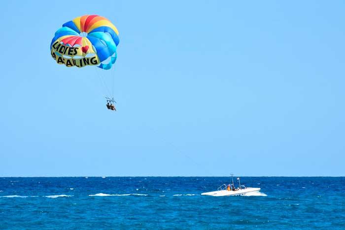 Parasailing, una de las actividades acuáticas más divertidas que hacer en Gran Canaria