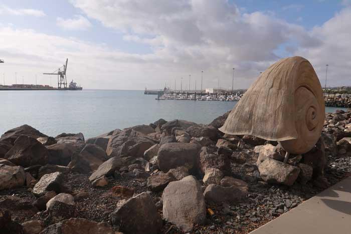 Escultura de caracola en el Paseo Marítimo de Puerto del Rosario