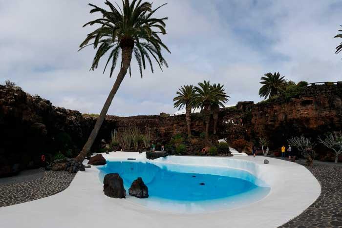 Piscina del Jameo Grande de los Jameos del Agua en el norte de Lanzarote