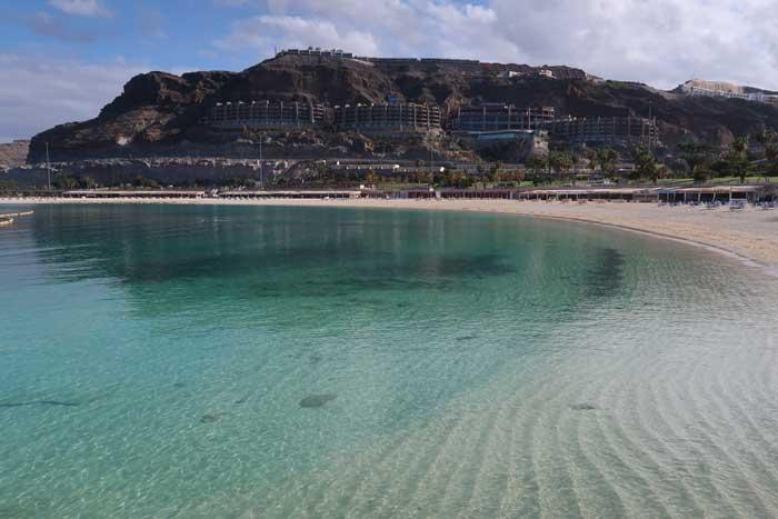 Playa de aguas turquesas en Gran Canaria, Amadores