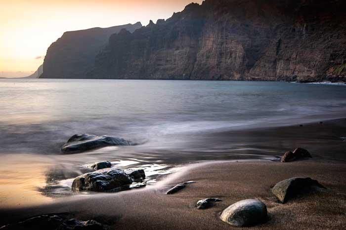 Playa de Los Guíos con los Acantilados de Los Gigantes en Puerto de Santiago
