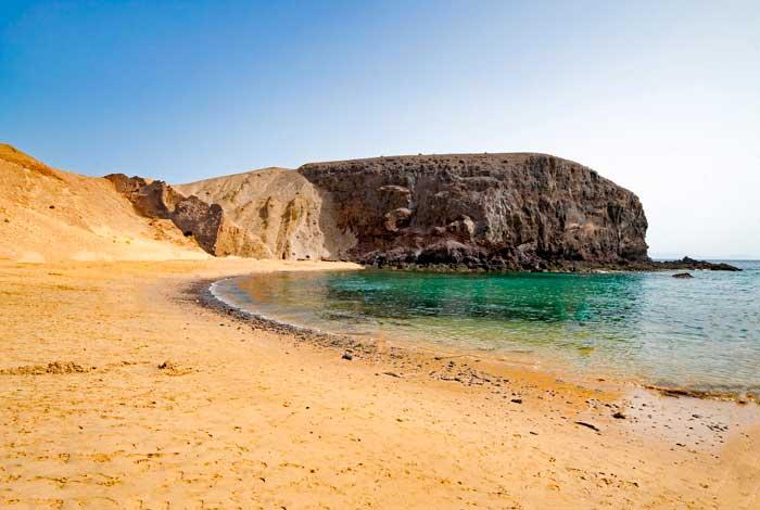 Playa de Papagayo en Lanzarote, uno de los imprescindibles que visitar