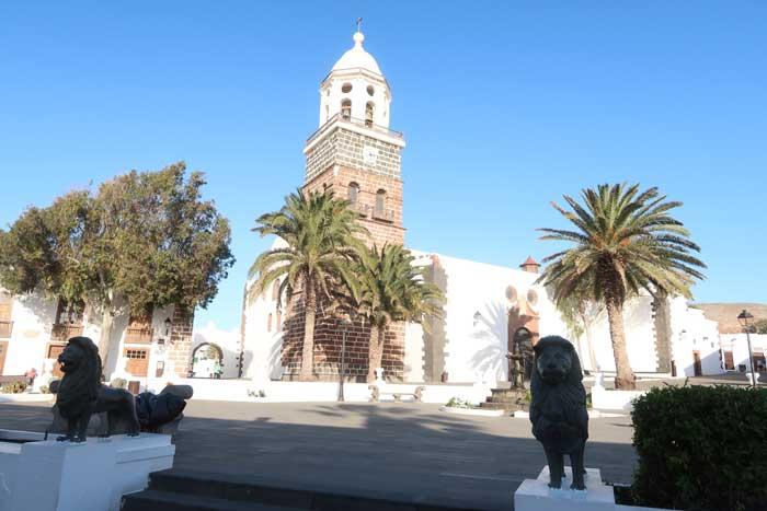 Pueblo de Teguise, Iglesia de la Villa en la Plaza con las estatuas de los leones