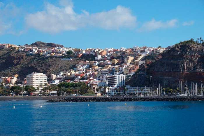 Puerto Deportivo y playa de Los Cristianos en Tenerife