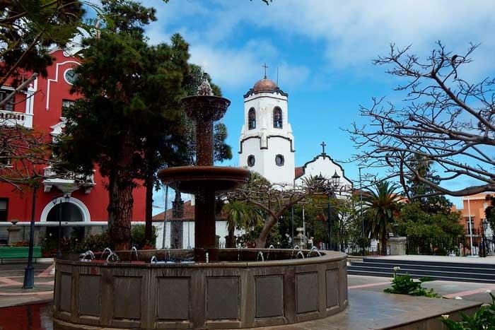 Iglesia y fuente en el Parque Antonio Herrera en San Andrés y Sauces