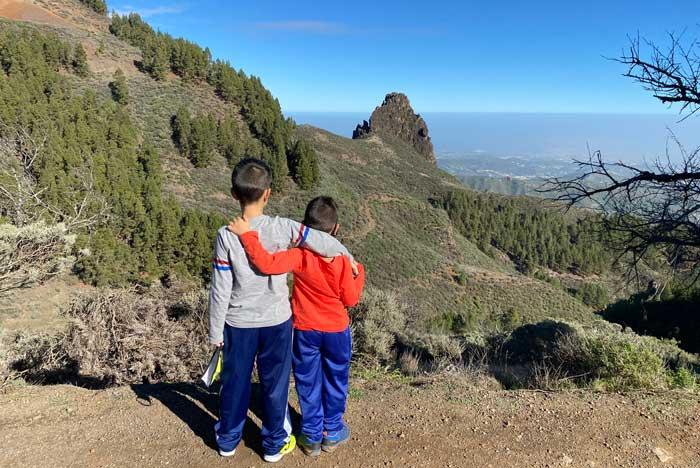 Niños viendo paisaje en viaje a las Islas Canarias